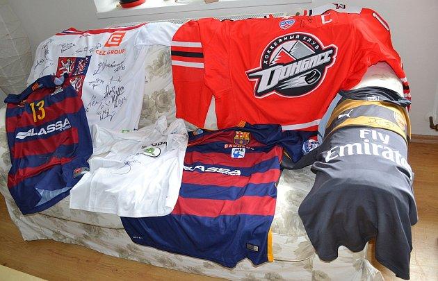 Sportovní věci určené do dražby vrámci charitativního florbalového turnaje vBenátkách nad Jizerou.