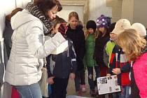 DĚTI POZORNĚ naslouchají zajímavostem, které jim pracovníci muzea sdělují