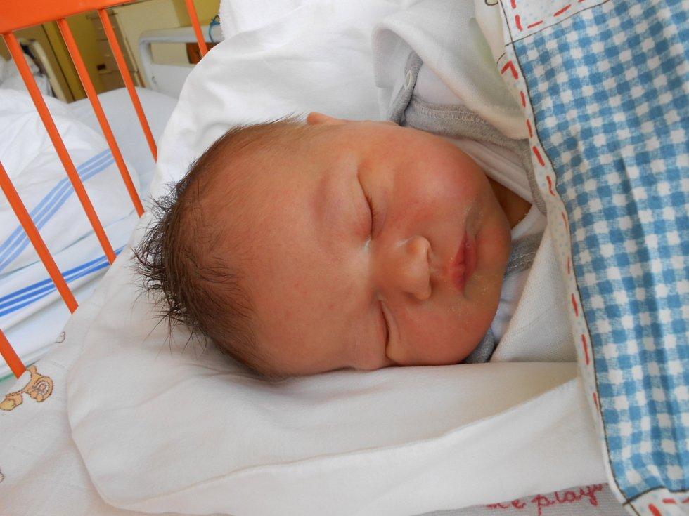 NATÁLKA Mikulášová přišla na svět 9. listopadu s mírami 3,39 kg a 50 cm. S maminkou Ivetou, tatínkem Jiřím a sestřičkou Andrejkou bude bydlet v Bakově nad Jizerou.