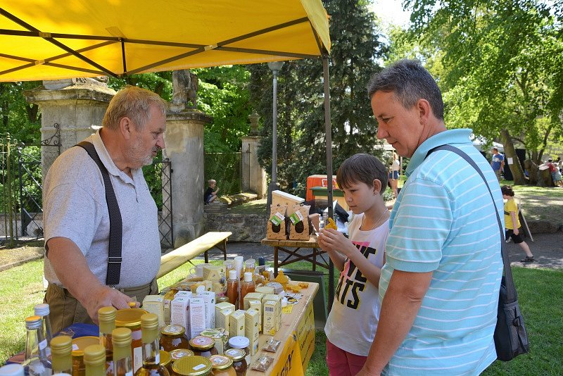 Včelaři ze Skalska oslavili na Stránově stoleté výročí.