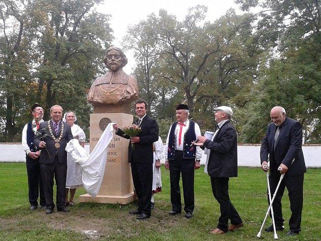 Slavnostnímu odhalení byl kromě členů Památníku barokních Kosmonos přítomen také přímý potomek Humprechta Jana Černína z Chudenic, Tomáš Černín.