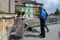 Železo chtěli zloději odvézt v nákupním vozíku.