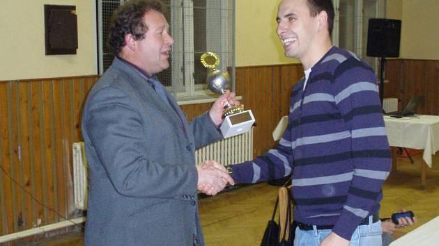 Nejlepší hráč FK Dobrovice David Miškovský za rok 2010 přebíra ocenění od předsedy klubu Oldřicha Reinbergra