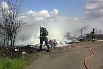 Požár hromady pneumatik u Bakova nad Jizerou.