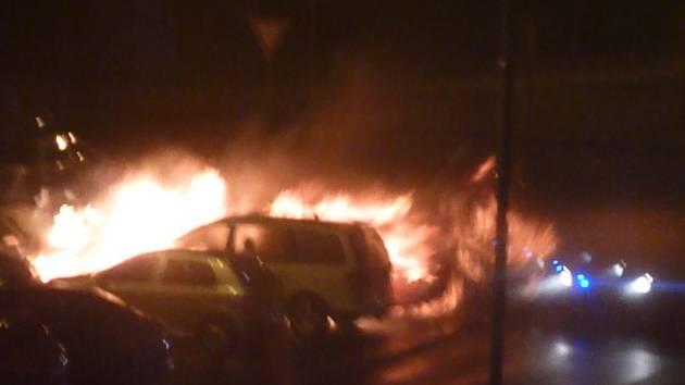 Požár na parkovišti: hořelo sedm aut