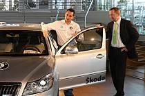 Pavel Valoušek (vlevo) přebírá klíč od nového vozu Škoda Octavia RS z rukou šéfa prodeje Škody Auto pro Evropu Jana Hurta.