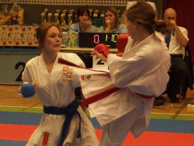 Kateřina Koubová (vlevo) z Auto Škody vybojovala na Vánoční ceně v karate zlato.