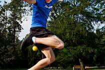 Honza Weber se svým hakysakem, footbag je jedním ze dvou jeho osudových sportů.