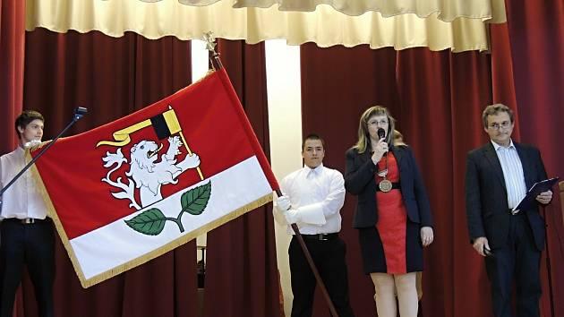 Starostka Barbora Adamcová a místostarosta Zbyněk Valenta iniciovali pořízení oficiálních symbolů městyse.