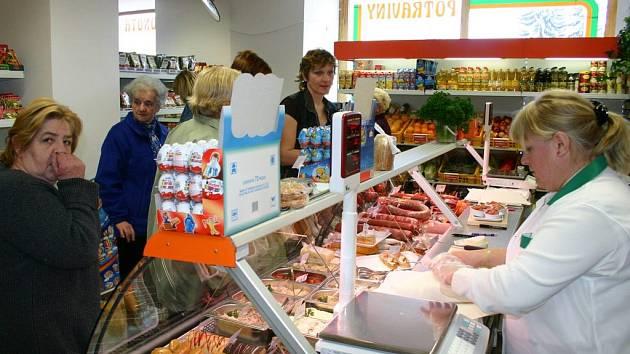 Lidé v Bakově mohou po několika týdnech znovu nakupovat v prodejně potravin na Mírovém náměstí. Vlastní ji už ale nový majitel
