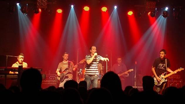 Do Bezna na koncert kapely No Name přišly stovky lidí.