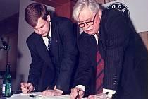 Na tomto archivním snímku dávají Robin Povšík a Jiří Dienstbier dohromady termíny ve svých diářích akcí v rámci volební kampaně.