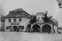 Dům na náměstí, č. p. 288. Byl zbořen v roce 1973. Vystřídali se v něm řemenář a uzdař Vincenc Pelikovský, hokynář Josef Patočka či Karel Jíra s koloniálem. Stál na místě dnešního trávníku s reklamními poutači.