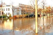 POVODEŇ. Větší záplavy než v roce 2002 postihly Mladoboleslavsko o dva roky dříve. Takto vypadala 9. března 2000 Nádražní ulice v Mladé Boleslavi.
