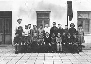 Základní škola v obci Loukov u Mnichova Hradiště. Píše se patrně rok 1962. Nahoře stojí paní učitelka Pejšková.