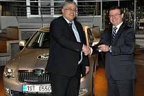 Primátor Mladé Boleslavi Raduan Nwelati převzal nový vůz Škoda z rukou nového personálního šéfa Bohdana Wojnara.