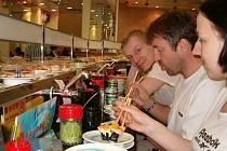 Hodování v hongkongském sushi baru.