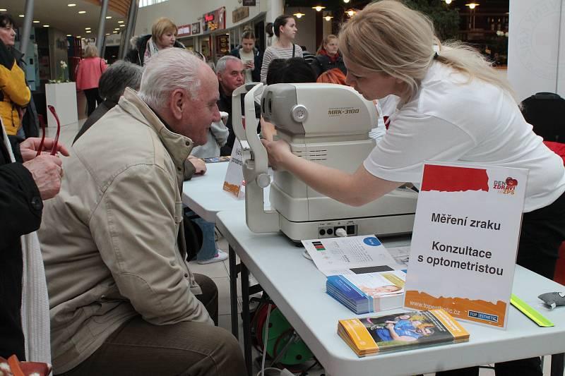 Bezplatné změření tlaku, cukru v krvi, vyšetření zraku, ale také konzultace s výživovou poradkyní. To všechno čekalo v sobotu odpoledne na návštěvníky obchodního domu Olympia v Mladé Boleslavi, kde Zaměstnanecká pojišťovna Škoda a její partneři pořádaly D