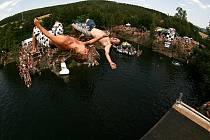 Petr Manďák a Jan Kocourek při saltu ze dvanácti metrů.