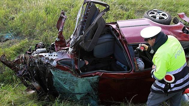 Auto vyletělo z R10 u Mladé Boleslavi a skončilo zdemolované v příkopu.