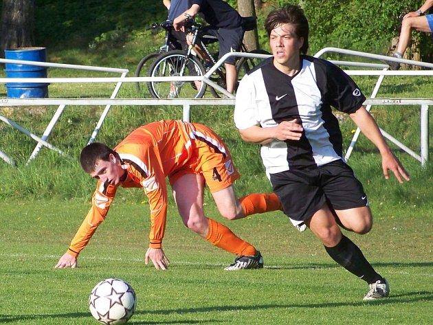 Mladý hráč Bakova Frelich (vlevo) tentokrát při obranném zákroku neuspěl.