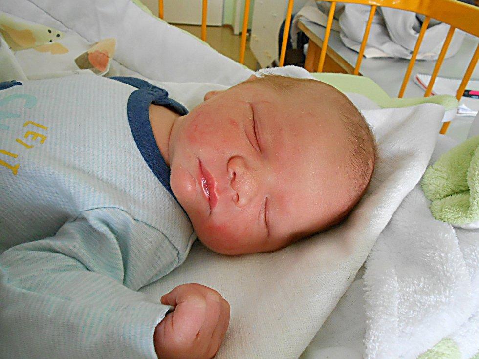 Filip Soustružník se narodil 1. května, vážil 3,41 kg a měřil 49 cm. S maminkou Šárkou a tatínkem Tomášem bude bydlet v Chotětově, kde už se na něho těší sestřička Anička.