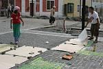 Malování na chodník v centru Mladé Boleslavi.