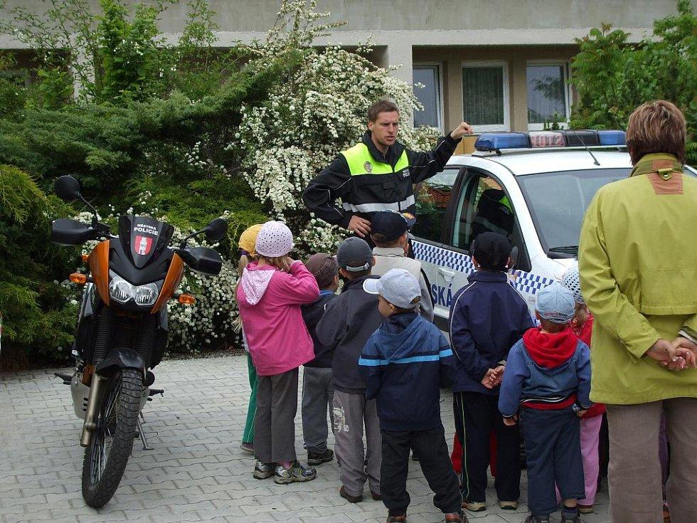 Děti v Bakovské školce navštívili strážníci a záchranářský pes.