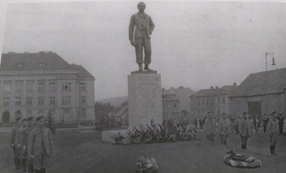 Odhalení sochy Dr. Miroslava Tyrše v roce 1932 na nynějším náměstí Republiky v Mladé Boleslavi.