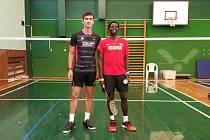Ugandský badmintonista Edwin Ekiring (vpravo) se připravuje v Benátkách nad Jizerou.