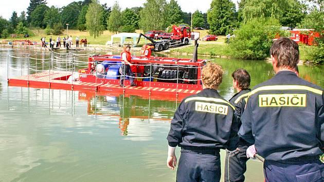 Hasiči zkouší funkčnost vodní pumpy.