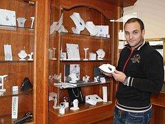 Zlatník Jan Černý vyrábí šperky na zakázku