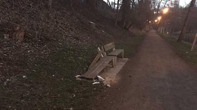 Rozbité lavičky v lesoparku Štěpánka