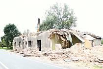 První zmizela střecha,  následovaly cihly. Nyní už z domu zbývají jen sutiny.