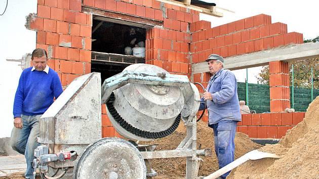 Nyní roste hrubá stavba přístavby klubovny.