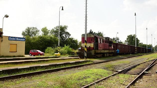 NÁKLADNÍ VLAK na odklonové trati na nádraží v Dolním Bousově.