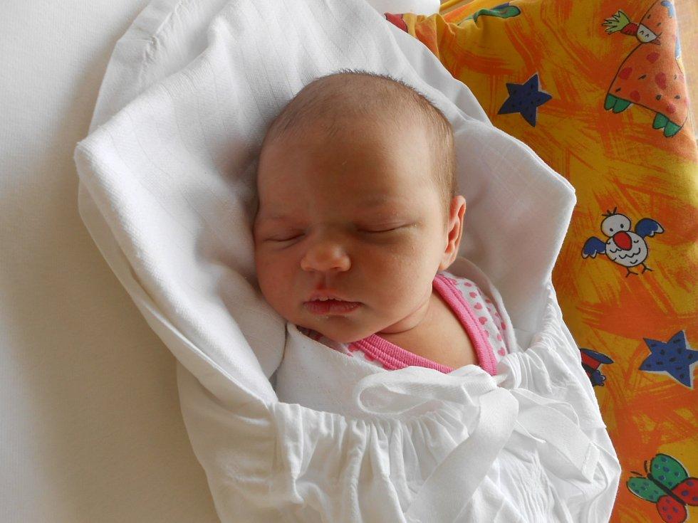 ELLA Rozsypalová přišla na svět 26. dubna s mírami 3,45 kilogramů a 49 centimetrů. Maminka Lucie a tatínek Luděk si ji odvezou domů do Úherců, kde už se na ni těší bráška Denis.