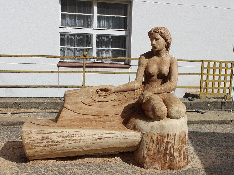 Sochy dřevořezbářů na téma živly