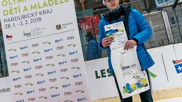 Patrik Medáček, hokejista týmu do šestnácti let v Benátkách nad Jizerou, válí i na rychlobruslařském ovále. Na olympiádě dětí a mládeže obhájil zlato.