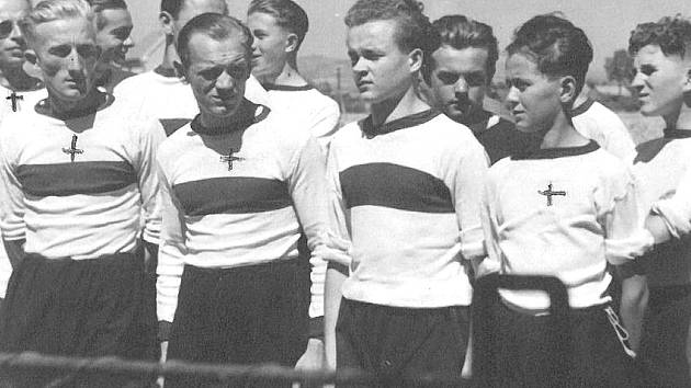 Oslavy fotbalu v Doubravě. Místní Jizeran Doubrava slaví 20 let existence. Píše se rok 1945.