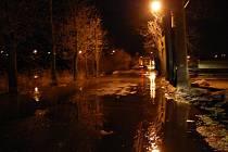Večer se voda dostala na silnici z Bakova nad Jizerou na Malou Bělou. Silnice musela být uzavřena.