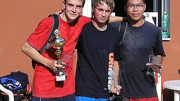 Vítězové nohejbalového turnaje trojic v Mnichově Hradišti: (odleva) Matouš, Holas, Duc Trimh Minh.