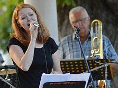 Předposlední promenádní koncert letošního léta patřil na Masarykově náměstí zavedené jazzové Kapele strýce Michaela.