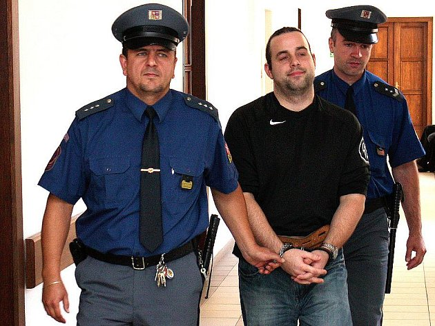 Ostraha odvádí devětadvacetiletého Pavla C. od soudu v Mladé Boleslavi, kde dostal trest tři roky vězení za podvody na internetových aukčních portálech. Podvedl desítky lidí.