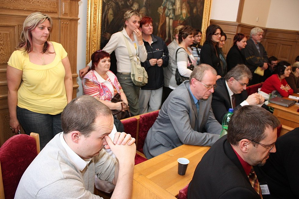 Desítky nespokojených rodičů dorazily na zasedání zastupitelstva v Mladé Boleslavi i s peticí. Strhla se ostrá debata.