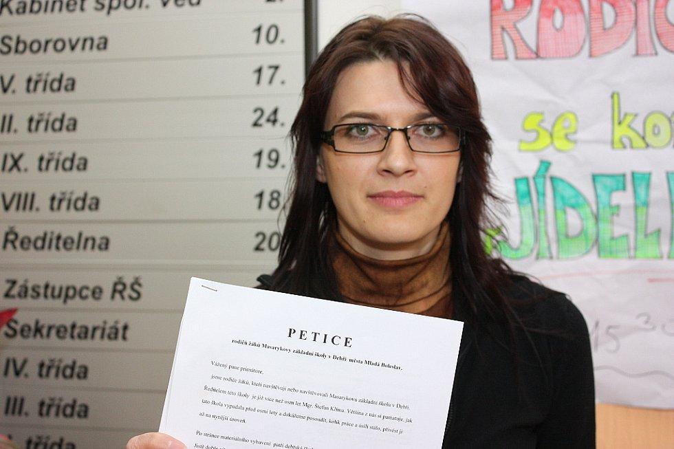 Jitka Bartošová, jedna z matek, které nechtějí, aby školu v Debři, kam chodí její děti, opustil ředitel Štefan Klíma.