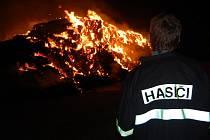 Požár stohu byl tak velký, že jej bylo zbytečné hasit. Hasiči z Bezna tak celou noc dohlíželi na to, aby se požár nerozšířil do okolí
