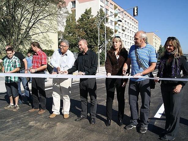 Slavnostním přestřižením pásky byla otevřena Havclíčkova ulice.