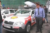 MILICIONÁŘI. Muži zákona jsou všude. Jsou vážní a působí nekomromisně. V Moskvě obhlíželi auta a když dostali malý prezent, odešli. A cestou? Porušení předpisů se pokutuje. Jak? Triko, čepice, kalhoty. Případně i bunda.