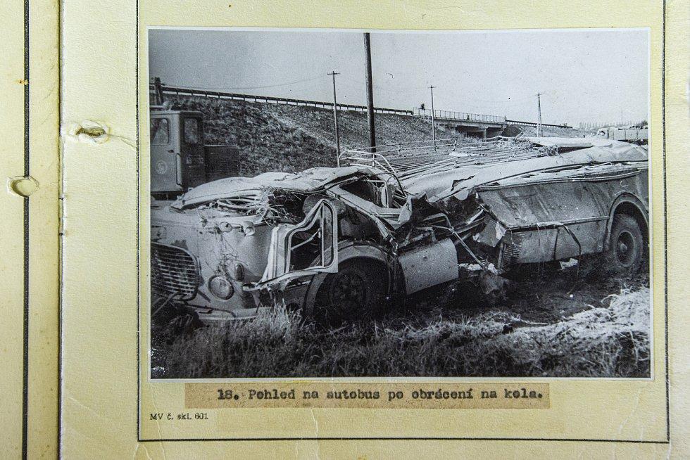 V pondělí 28. července 1969 se na přejezdu v Bezděčíně u Mladé Boleslavi srazil autobus s vlakem. Na snímku list z vyšetřovacího spisu.